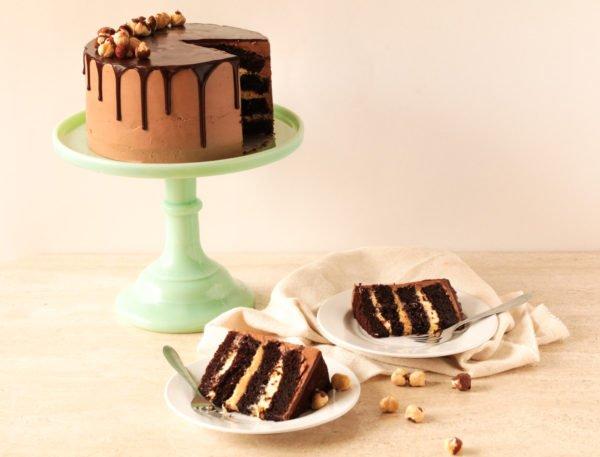 Torta de chocolate, maracuyá y avellanas